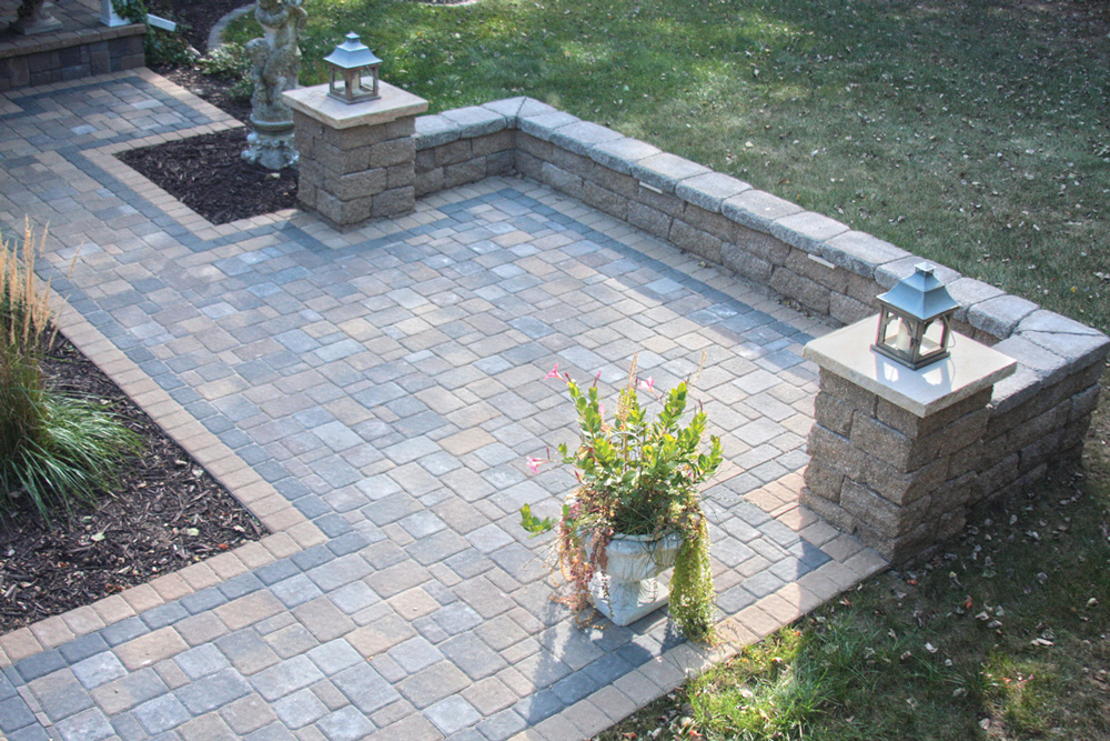 Cobblestone Patio & Seat Wall
